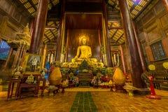 Innerhalb des hölzernen Tempels von Wat Phan Tao lizenzfreie stockbilder