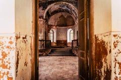 Innerhalb des Innenraums einer alten verlassenen Kirche in Lettland, Galgauska - Licht glänzend durch Windows stockfotografie