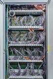 Innerhalb des Kabinetts mit mobiler Netzwerkausrüstung der Telekommunikation mit vielen Kabeln Lizenzfreie Stockbilder