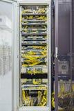 Innerhalb des Kabinetts mit Schalttafel und anderer mobiler Netzwerkausrüstung der Telekommunikation mit vielen Kabeln Lizenzfreie Stockfotografie