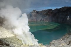 Innerhalb des Kraters des Vulkans in Indonesien stockfoto