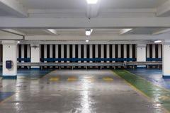 Innerhalb des leeren Parkplatzes nachts lizenzfreies stockfoto