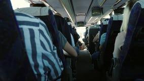Innerhalb des Passagierbusses Sitzreihen mit Passagieren, hintere Ansicht stock video footage