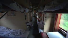 Innerhalb des ukrainischen Schlafenwagens der zweiten Klasse stock video footage
