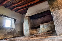Innerhalb des verlassenen afrikanischen Hauses Stockbilder