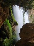 Innerhalb des Wasserfalls Stockfotos