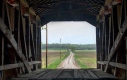 Innerhalb einer überdachten Brücke heraus schauend stockbilder