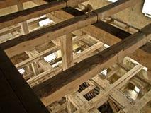 Innerhalb einer alten ruinierten Wassermühle stockfotografie