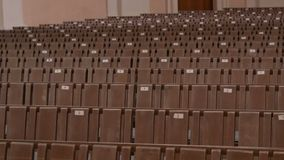 Innerhalb einer leeren katholischen Kirche Hölzerne Bänke für Kirchenmitglieder stock video