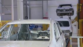 Innerhalb einer Produktionswerkstatt in der Autofabrik, gehen Körper Band weiter stock video footage