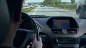 Innerhalb eines Autos EIN GPS-Modul ist eingeschaltet stock video footage