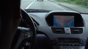 Innerhalb eines Autos EIN GPS-Modul ist eingeschaltet stock video