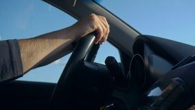 Innerhalb eines Autos Ein Mann ` s Hände auf dem Lenkrad stock video footage