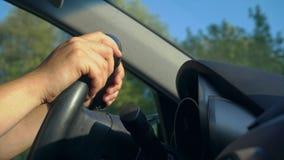 Innerhalb eines Autos Ein Mann ` s Hände auf dem Lenkrad stock video