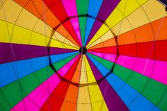 Innerhalb eines bunten Heißluft-Ballons lizenzfreie stockfotografie