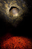 Innerhalb eines dunklen Tunnels Stockbilder