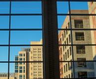 Innerhalb eines Gebäudes, das heraus schaut Stockfotografie