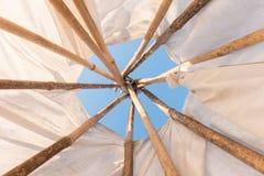 Innerhalb eines gebürtigen indianischen Tipi Stockbilder
