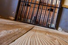 Innerhalb eines Gefängnisses mit drastischer Leuchte Stockbilder