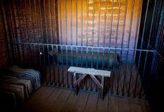 Innerhalb eines Gefängnisses mit drastischer Leuchte Lizenzfreie Stockfotografie