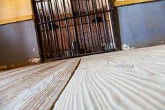 Innerhalb eines Gefängnisses mit drastischer Leuchte Stockfoto