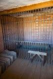 Innerhalb eines Gefängnisses mit drastischer Leuchte Stockbild