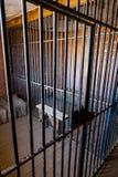 Innerhalb eines Gefängnisses mit drastischer Leuchte Lizenzfreies Stockbild