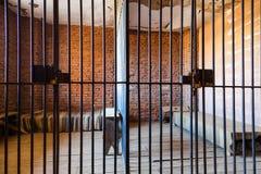 Innerhalb eines Gefängnisses mit drastischer Leuchte Stockfotos