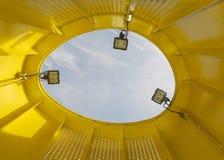 Innerhalb eines gelben Gefäßes Stockfotos