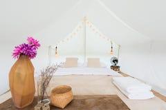 Innerhalb eines großen weißen Zeltlagers Lizenzfreie Stockbilder