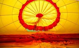 Innerhalb eines halb aufgeblähten Heißluftballons Stockfotos