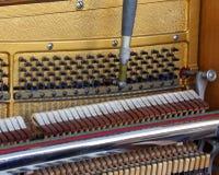Innerhalb eines Klaviers mit Schnüren lizenzfreie stockfotos