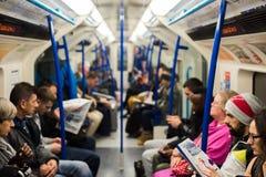 Innerhalb eines London-Untertagezugs Stockbilder