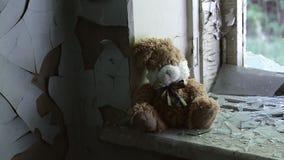 Innerhalb eines verlassenen Gebäude-, fast eingestürzten und ruiniertenhäuserblocks Halb-ruinierte Gebäude im Getto Vandalismusmu stock video