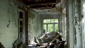 Innerhalb eines verlassenen Geb?udes Feuerkonsequenzen Fast eingestürzter und ruinierter Häuserblock Halb-ruinierte Gebäude im Ge stock video