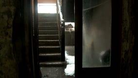 Innerhalb eines verlassenen Wohngebäudes in Pripyat stock footage