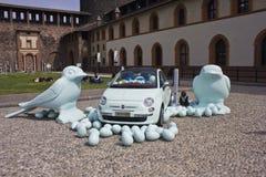 Innerhalb Milan Sforza Castles Plastikvögel auf dem Boden mit einem Auto Fiats 500 Lizenzfreie Stockbilder