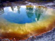 Innerhalb Morgen-Glory Pool-Geysirs in Yellowstone lizenzfreie stockfotografie