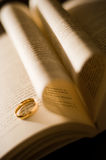 Innerliebe mit einem Verlobungsring Stockfotografie