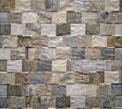 Innerväggbeläggning som göras av den lilla fyrkantporslinstengodset med wood effekt arkivfoto
