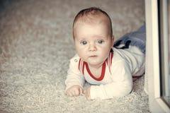 Innocence, beauté, pureté Bébé avec des yeux bleus sur le visage adorable Photo libre de droits