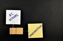 Innovación, dos notas de papel sobre el fondo negro para la presentación Fotos de archivo libres de regalías