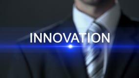 Innovación, pantalla táctil del traje de negocios del hombre que lleva, descubrimiento, puesta en práctica almacen de video