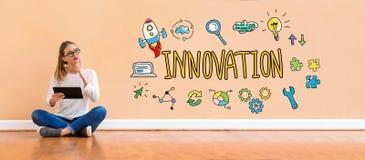 Innovaci?n con la mujer que usa una tableta foto de archivo libre de regalías