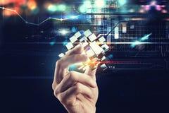 Innovatie in de digitale wereld De hand houdt abstracte kubussen het 3d teruggeven Royalty-vrije Stock Foto's