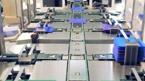 Innovatietechnologie De blauwe zonnemodulecellen worden verzameld in kolommen en het worden gezet in richels stock footage