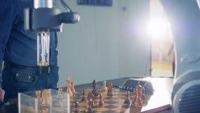 Innovatieve gokkenmededinger, robot het spelen schaak met een mens Futuristisch robotachtig concept