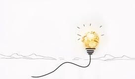 Innovation et idée avec la boule de papier, symbole d'ampoule, créatif Photographie stock libre de droits
