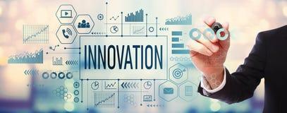 Innovation med affärsmannen arkivfoton