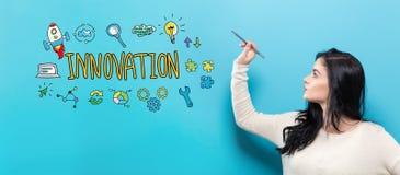 Innovation mit der jungen Frau, die einen Stift hält Lizenzfreie Stockfotos
